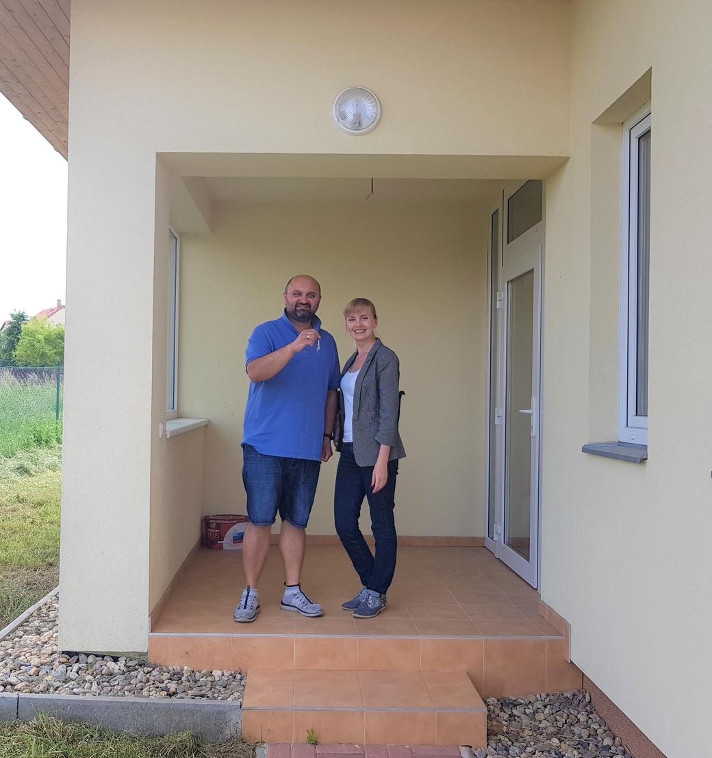 Hlava rodina Kunte přebírá klíčky od domu