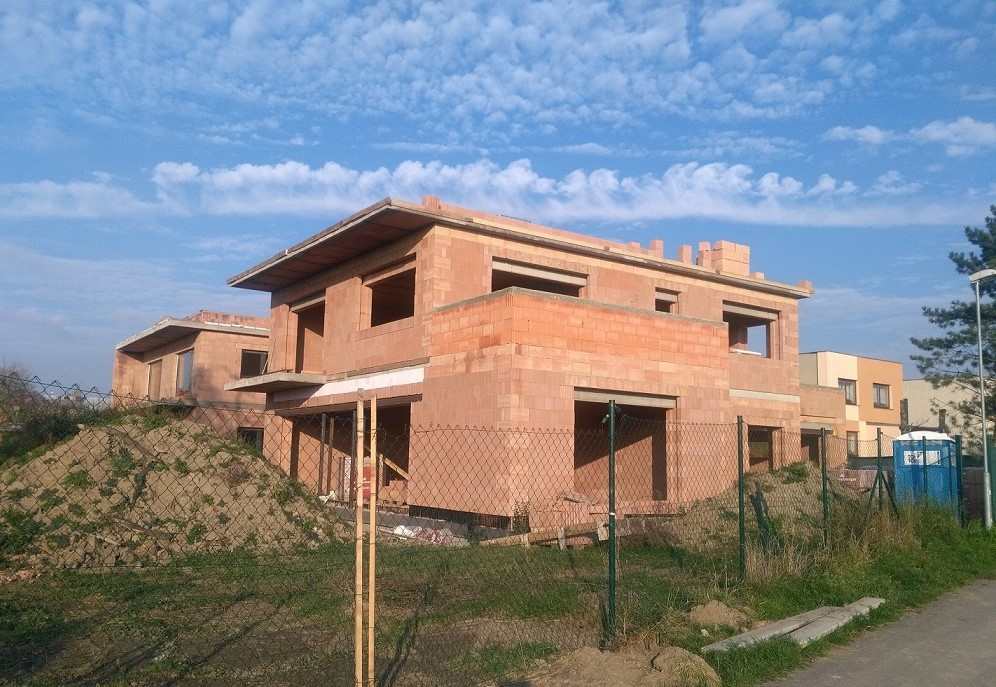 Dva rodinné domy v obci Dolany. Důraz kladen na kvalitu a preciznost.