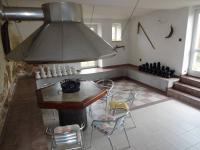 : vinárna s šachovnicí a grilem (Prodej domu v osobním vlastnictví 1080 m², Nevid)