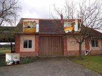 : kancelář v přízemí s technickými místnostmi a bytem 72 m² v 2. patře (Prodej pozemku 84269 m², Nevid)