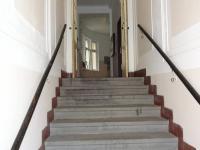 :vstupní schody v činžovním domě (Pronájem skladovacích prostor 46 m², Plzeň)