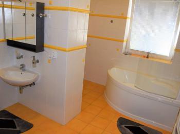 Koupelna - Pronájem bytu 1+kk v osobním vlastnictví 96 m², Plzeň