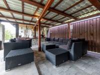 : kryté sezení s barem a vinárnou - Prodej domu v osobním vlastnictví 245 m², Žinkovy