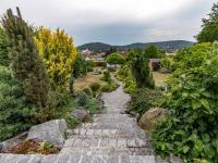 : pohled do zahrady z terasy - Prodej domu v osobním vlastnictví 245 m², Žinkovy