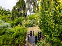 : kovový mostek v zahradě - Prodej domu v osobním vlastnictví 245 m², Žinkovy