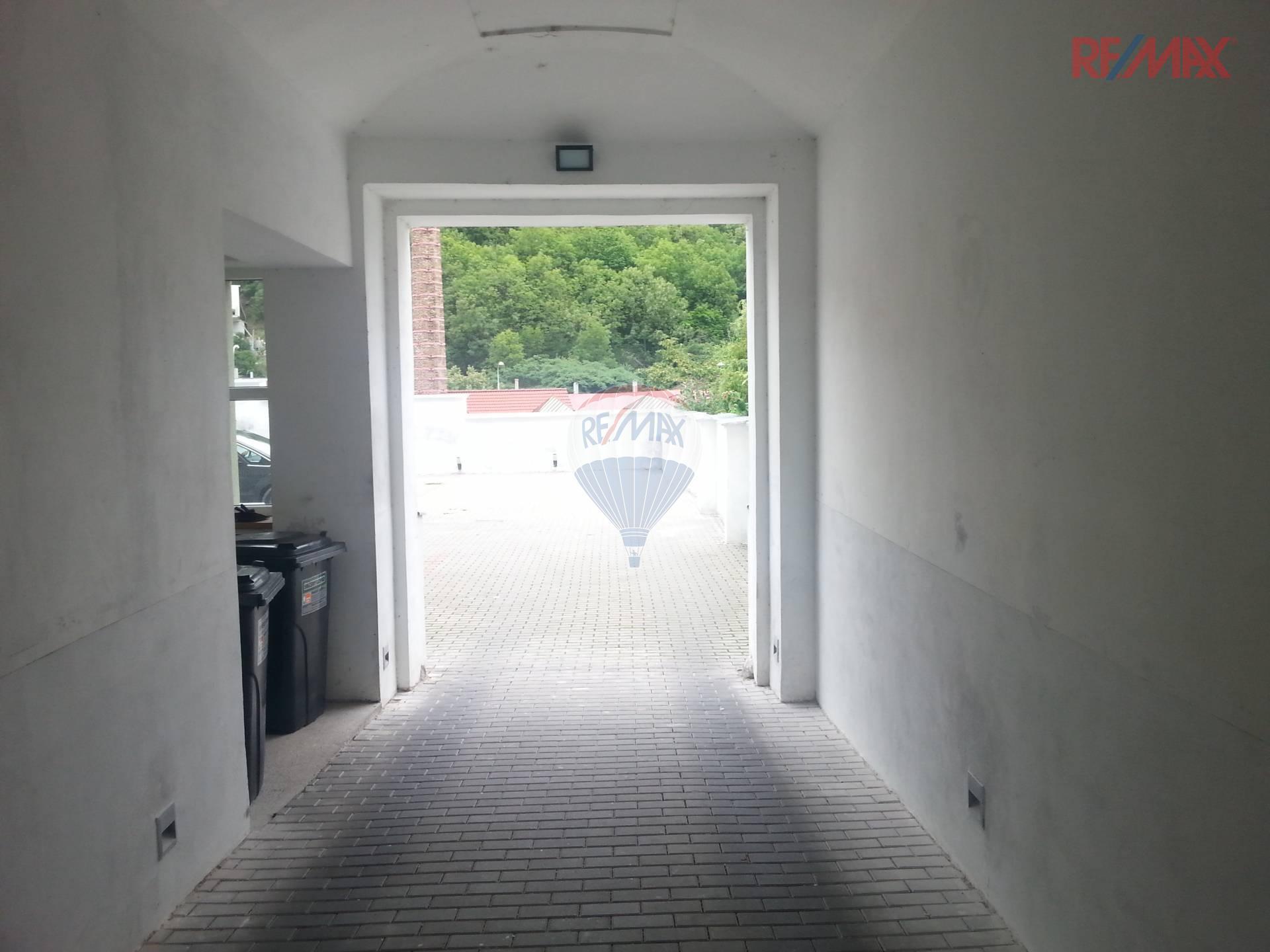 Pronájem parkovacího stání ve dvoře za zamykatelnými dveřmi, Na Neklance, Praha 5