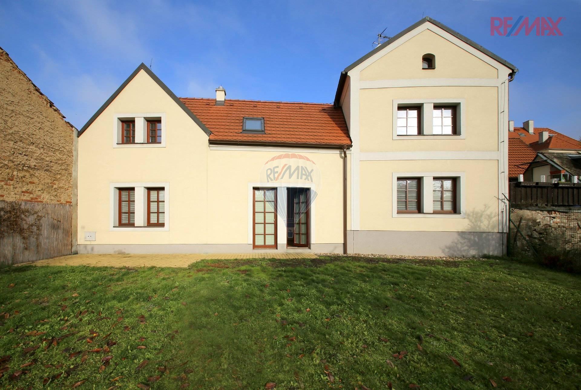 Pronájem domu 6+1 v památkové zóně ve Stodůlkách