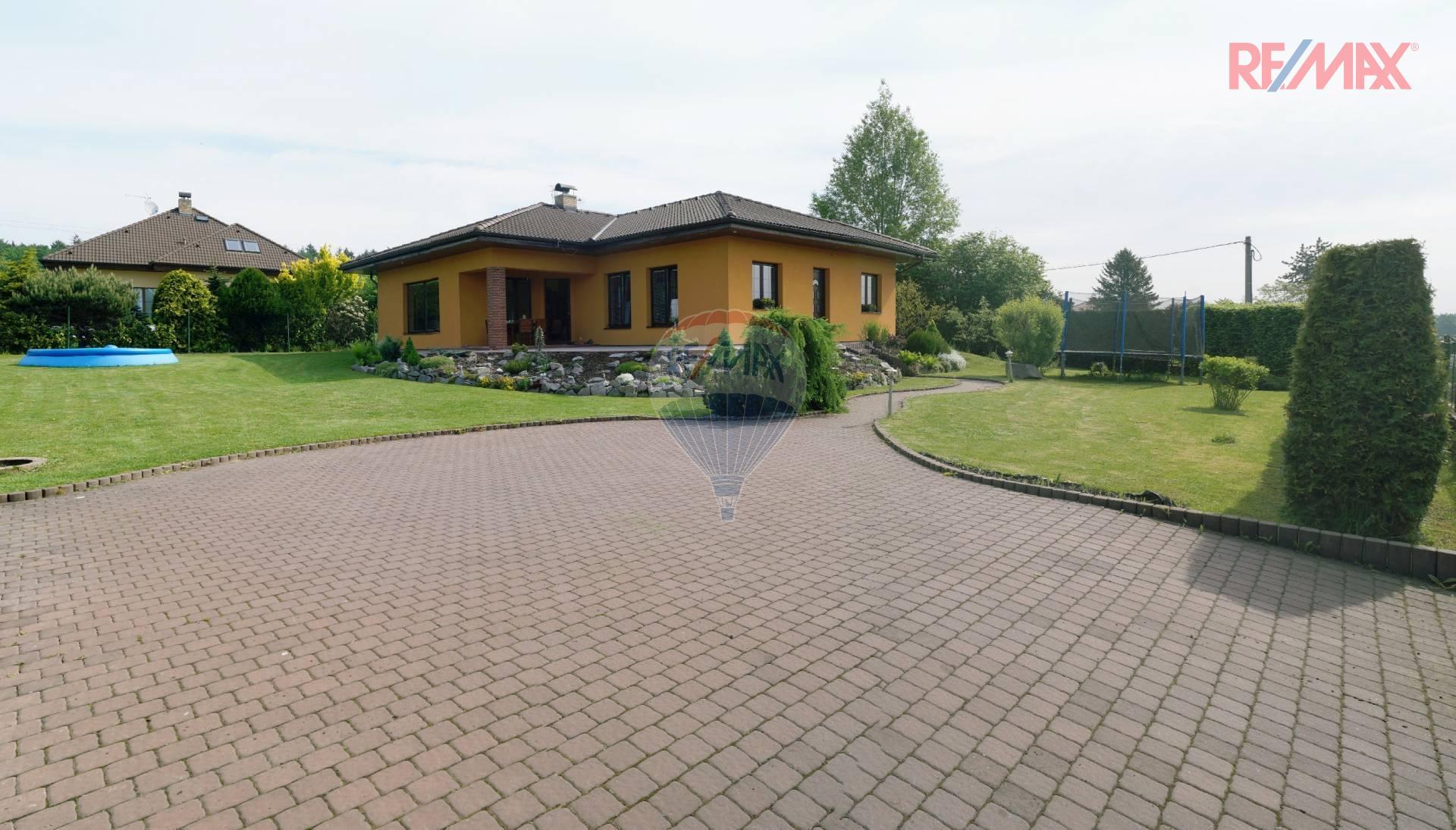 Pronájem rodinného domu 5+1, s velkou zahradou - Louňovice