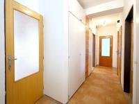 Spojovací chodba (Prodej bytu 4+1 v osobním vlastnictví 92 m², Praha 5 - Smíchov)