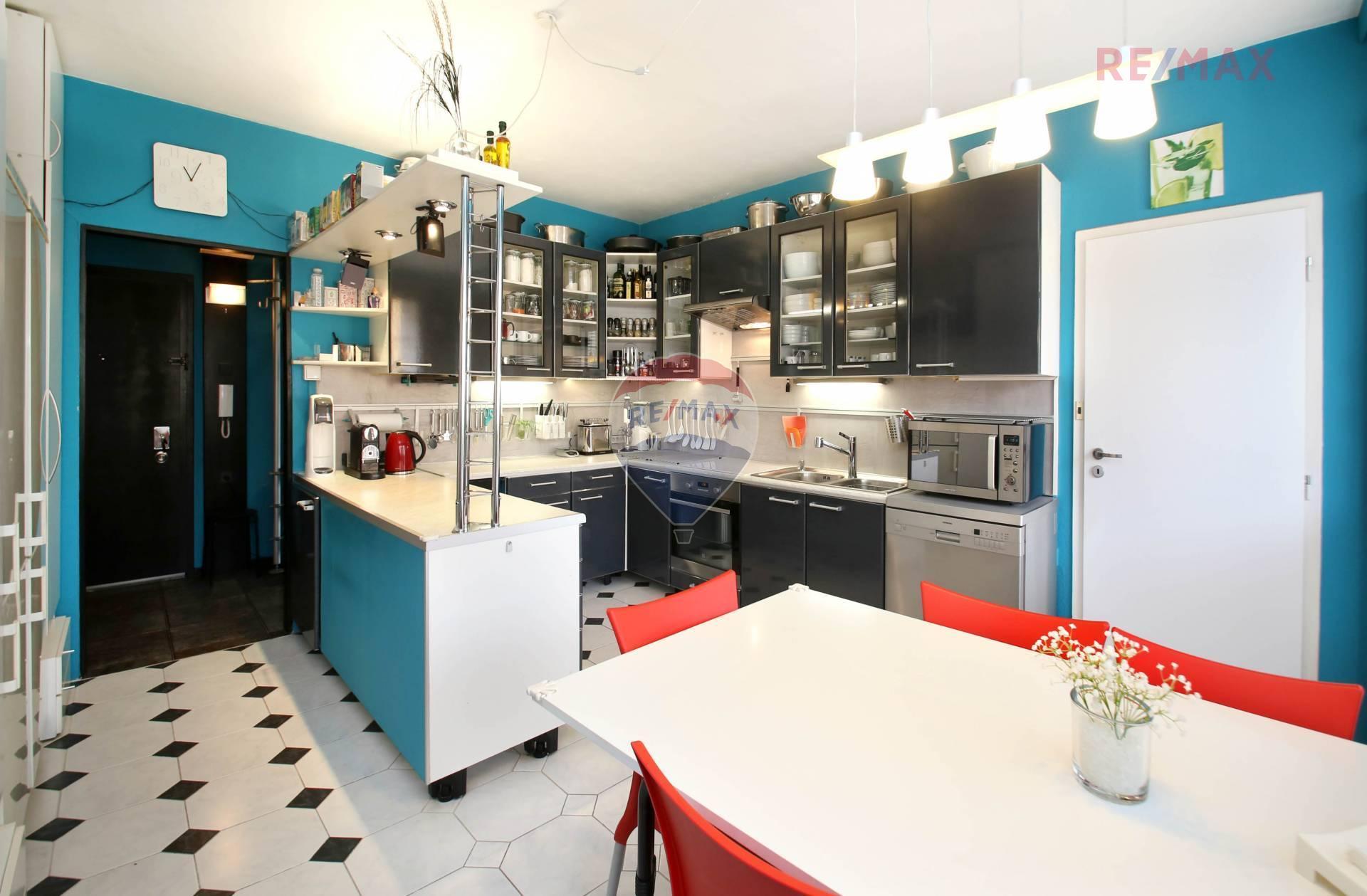 Prodej bytu 7+1 se dvěma lodžiemi a dvěma sklepy - Voskovcova