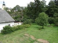 Zahrada s kostelní věží v pozadí (Prodej domu v osobním vlastnictví 260 m², Nečtiny)