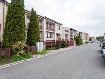 Pohled na dům a ulici - Prodej domu v osobním vlastnictví 200 m², Městec Králové