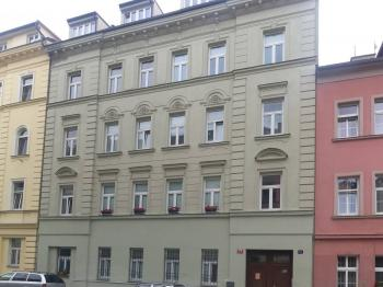 Pohled na dům - Pronájem garážového stání 20 m², Praha 5 - Smíchov