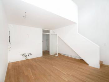 obývák s kuchyňským koutem - Prodej bytu 2+kk v osobním vlastnictví 70 m², Řevnice