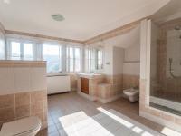 Koupelna v patře s výhledem na Petřín - Pronájem bytu 2+kk v osobním vlastnictví 110 m², Praha 1 - Hradčany