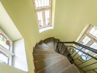 Schodiště domu - Pronájem bytu 2+kk v osobním vlastnictví 110 m², Praha 1 - Hradčany