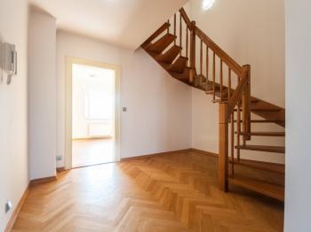 Hala se schodištěm  - Pronájem bytu 2+kk v osobním vlastnictví 110 m², Praha 1 - Hradčany