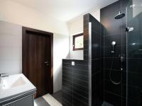 koupelna v přízemí a vstup do tech.místnosti - Pronájem domu v osobním vlastnictví 168 m², Ohrobec