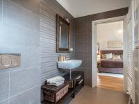 koupelna 2 propojena s ložnicí - Prodej domu v osobním vlastnictví 220 m², Praha 10 - Benice