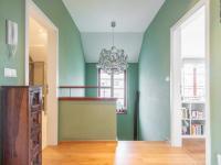 chodba patro - Prodej domu v osobním vlastnictví 220 m², Praha 10 - Benice