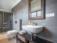 koupelna 2 - Prodej domu v osobním vlastnictví 220 m², Praha 10 - Benice