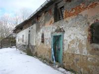 vlevo obytná část - vpravo chlévy (Prodej zemědělského objektu 672 m², Zbinohy)