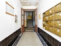 vstup do domu (Prodej bytu 2+kk v osobním vlastnictví 55 m², Praha 7 - Holešovice)