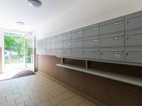 vstupní chodba domu (Prodej bytu 3+1 v osobním vlastnictví 75 m², Praha 9 - Prosek)