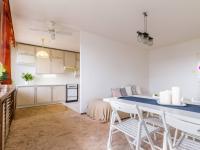 obývací pokoj s průhledem do kuchyně (Prodej bytu 3+1 v osobním vlastnictví 75 m², Praha 9 - Prosek)