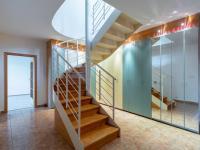 Vstupní hala se schodištěm - Prodej domu v osobním vlastnictví 293 m², Praha 5 - Stodůlky