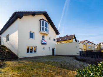 Pohled na přední část domu - Prodej domu v osobním vlastnictví 293 m², Praha 5 - Stodůlky