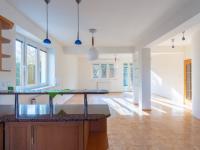 Kuchyň s obývacím pokojem - Prodej domu v osobním vlastnictví 293 m², Praha 5 - Stodůlky