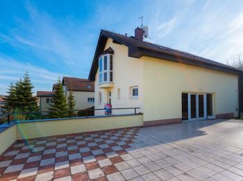 Pohled na dům a terasu - Prodej domu v osobním vlastnictví 293 m², Praha 5 - Stodůlky