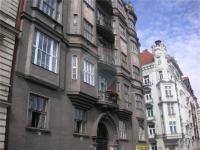 pohled na dům - Pronájem bytu 2+1 v osobním vlastnictví 103 m², Praha 5 - Smíchov