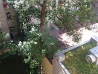 výhled do vnitrobloku - Pronájem bytu 2+1 v osobním vlastnictví 103 m², Praha 5 - Smíchov