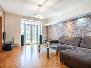 vstup do zahrady přes zasklenou terasu - Prodej bytu 3+kk v osobním vlastnictví 71 m², Vestec