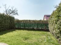 Zahrada u obývacího pokoje a ložnice - Prodej bytu 3+kk v osobním vlastnictví 71 m², Vestec
