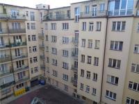 výhled do vnitrobloku - Prodej bytu 3+1 v osobním vlastnictví 95 m², Praha 1 - Nové Město
