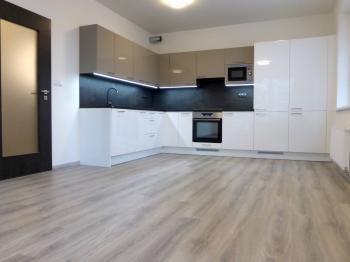 Obývací pokoj s kuchyňským koutem - Pronájem bytu 3+kk v osobním vlastnictví 73 m², Praha 9 - Letňany