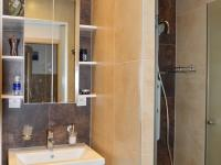 byt 2+1 v přízemí - koupelna se dvěma oddělenými sprchami - Prodej domu v osobním vlastnictví 184 m², Brno