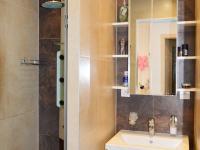 přízemí: koupelna se dvěma oddělenými sprchami (Prodej komerčního objektu 184 m², Brno)
