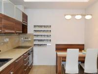 přízemí: kuchyň v v nové části (Prodej komerčního objektu 184 m², Brno)