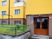 vstup do domu a okno kuchyně (Pronájem bytu 2+1 v osobním vlastnictví 73 m², Praha 3 - Žižkov)