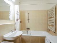 koupelna (Prodej bytu 2+kk v osobním vlastnictví 66 m², Praha 5 - Řeporyje)