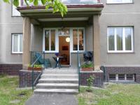 Vstup přes terasu (Prodej domu v osobním vlastnictví 370 m², Praha 10 - Strašnice)