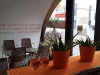 posezení u baru (Pronájem komerčního objektu 130 m², Praha 7 - Holešovice)