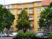 pohled na dům z ulice (Pronájem bytu 2+1 v družstevním vlastnictví 65 m², Praha 4 - Podolí)