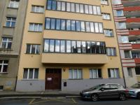 pohled z ulice - Prodej bytu 1+kk v osobním vlastnictví 45 m², Praha 4 - Nusle