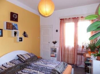 ložnice s vstupem na balkonek - Prodej bytu 2+kk v osobním vlastnictví 45 m², Praha 3 - Žižkov
