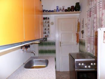 kuchyně v předsíni - Prodej bytu 2+kk v osobním vlastnictví 45 m², Praha 3 - Žižkov